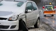 Unfallkosten lassen sich steuerlich absetzen, wenn der Autounfall beim Arbeitsweg oder bei Dienstfahrten entstand.