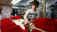 Klassischer Ferienjob: Der Student Alexander sortiert gebrauchte Lego-Spielsteine für Bricksy.com.