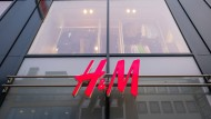 Abwärtstrend: Die Aktie der Textilkette H&M steht weiter unter Druck.
