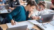 Analog und digital, Hand in Hand: Der Klett-Verlag plant auch für die nächsten Jahre, online und offline Medien anzubieten, um Schulen die schrittweise Digitalisierung zu erleichtern.