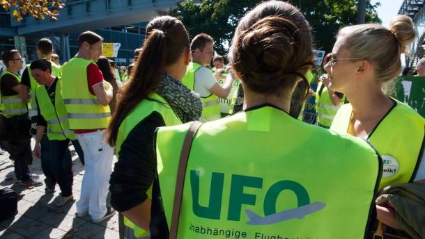 Flugbegleiter könnten ab Juli streiken