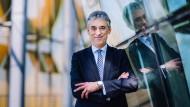 Der Vorstandsvorsitzende der Deutschen Post steht vor den größten Herausforderungen seiner Karriere.