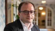 Tamaz Georgadze ist 39 Jahre alt und Unternehmer. Er war auch schon Schachspieler, Referent des georgischen Präsidenten Schewardnadse und Partner bei McKinsey.