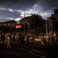Pegida-Anhänger bei einem ihrer Montagsspaziergänge in der Dresdner Innenstadt. Wie imagebildend werden die Wahlergebnisse für den Wirtschaftsstandort Osten ausfallen?