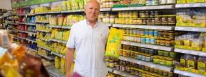 Joseph Wilhelm: Der Unternehmer hält sein ältestes Produkt in den Händen – Müsli.