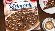 Schokoladen-Bombe: Im Pizzateig befindet sich Schokolade und oben drauf gibt es Schokosoße, Schokoraspeln, Schokostücke und Schokotropfen.