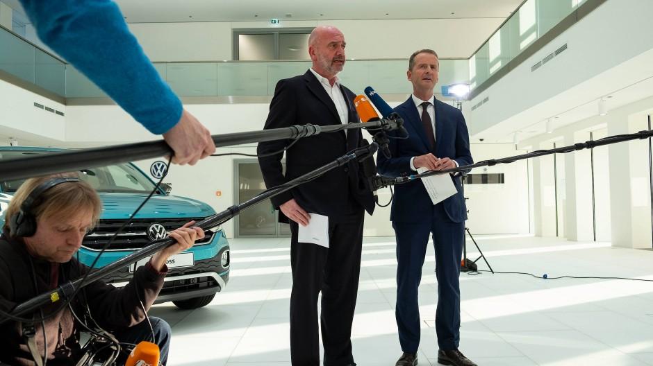 Der Fall des VW-Betriebsratschef Osterloh (links) hat die Debatte um die Gehälter im ehrenamtlichen Betriebsrat neu entfacht. Er soll die Vergütungen für die Betriebsräte des Unternehmens unrechtmäßig in die Höhe getrieben haben.