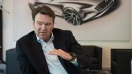 Abends ist er wach: Audi-Chef Bram Schot nimmt sich Zeit für die Zuschriften seiner Mitarbeiter.