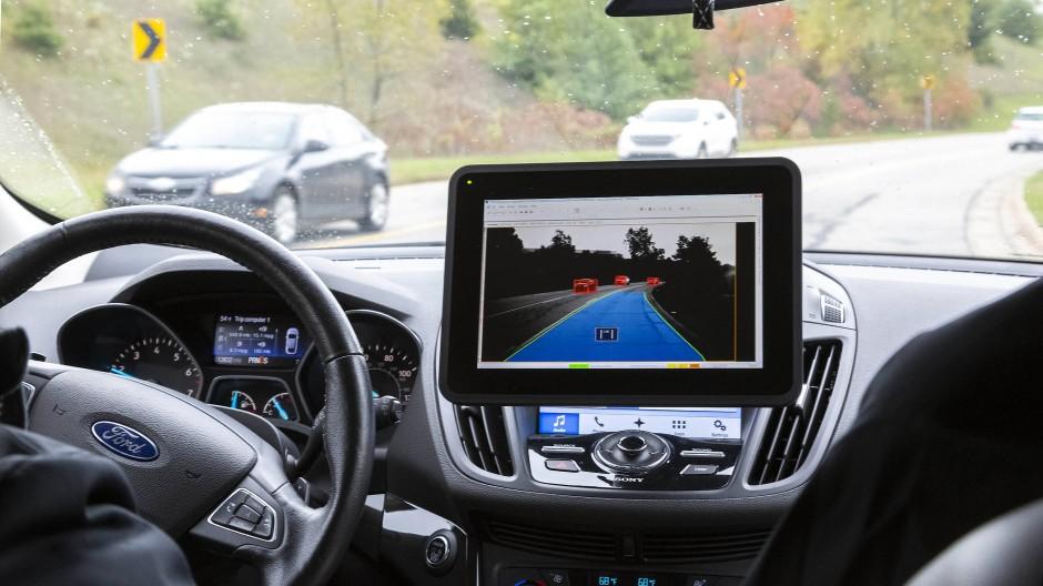 Hände weg vom Steuer: Moderne Technik macht selbstfahrende Autos möglich – und bietet Angreifern über das Netz viele Einfallstore.