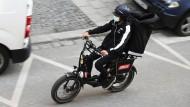Ein Gorillas-Fahrer in München
