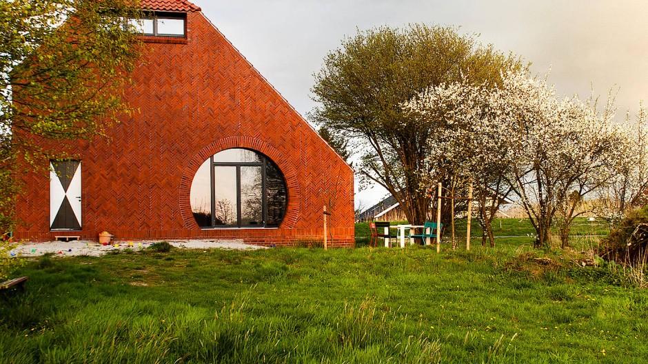 Haus am Deich: Verschnitt von Sattel- und Krüppelwalmdach