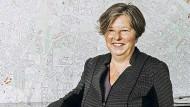 Katrin Lompscher (DIE LINKE) ist die Berliner Senatorin für Stadtentwicklung und Wohnen, die sich gerne auch mal mit Demonstranten auf die Straße stellt und sich über teils selbst zu verantwortende Probleme beschwert.
