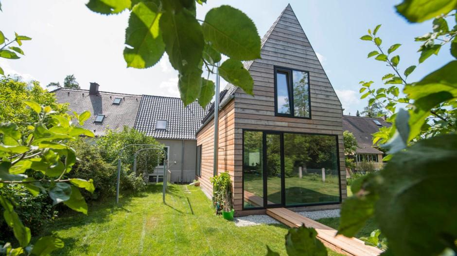 Wie ein Hexenhaus: Um dem Baurecht zu entsprechen, bekam der Neubau ein steiles Satteldach