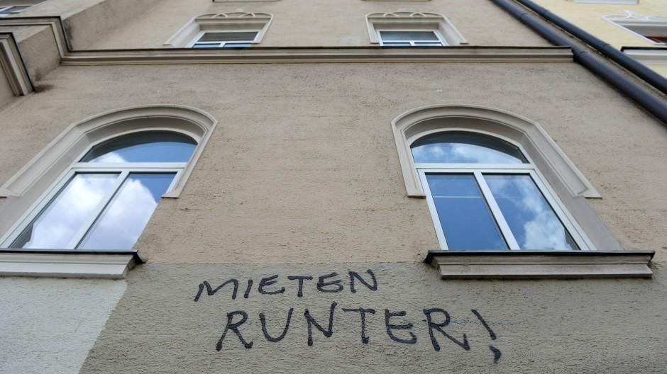 Während Berlin mit dem Mietpreisdeckel die Kosten für Wohnungen zu bremsen versucht, verfolgt die Hansestadt Hamburg seit Jahren eine andere Strategie, um bezahlbaren Wohnraum zu schaffen: Sie baut ihn.