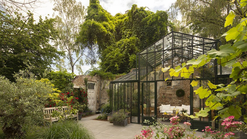 Herzstück des 1400 Quadratmeter großen Gartens, den sich mehrere Generationen teilen, sind die Mauerreste einer Villa. Ursprünglich zum Abriss bestimmt, prägen sie heute den Charakter der sensibel gestalteten Anlage.