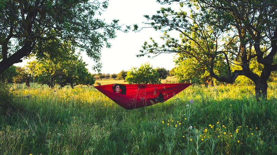 Süßes Nichtstun: In der eigenen Hängematte kann man den Sommer gut aushalten.