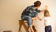 Not macht Hobbyhandwerker: Wer keinen Profi findet, muss selbst zum Pinsel greifen.