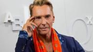 Modedesigner Wolfgang Joop versteigert seine Möbel. Interessenten gibt es genug.