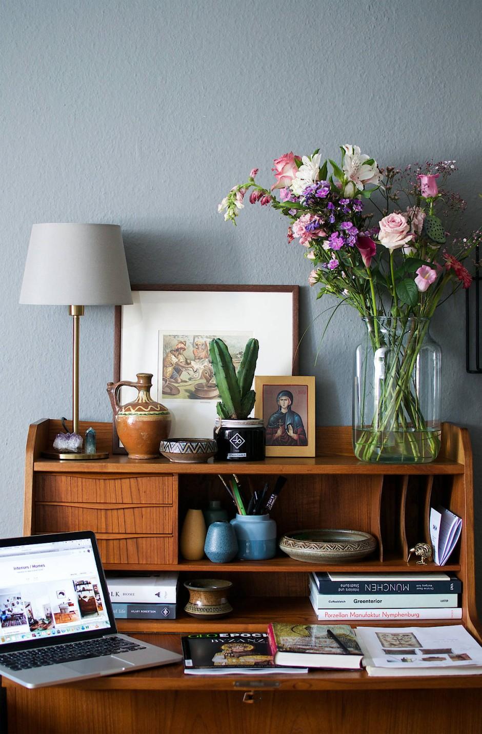 Warum sind die Konsumenten der Artikel und Bilder so von diesem sperrigen Möbelstück Schreibtisch fasziniert?