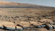 """Blick auf die """"Kimberly""""-Formation, aufgenommen von """"Curiosity"""" am Fuß des """"Mount Sharp"""". Die Gesteinsschichten im Vordergrund könnten in Folge der Ablagerung von Sand und Geröll entstanden sein."""