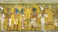 Die Szene an der Nordwand der Sargkammer Tutanchamuns zeigt mehrfach einen Pharao. Doch die Hieroglyphen, die ihn als Tutanchamun ausweisen sind erst nachträglich aufgetragen worden.