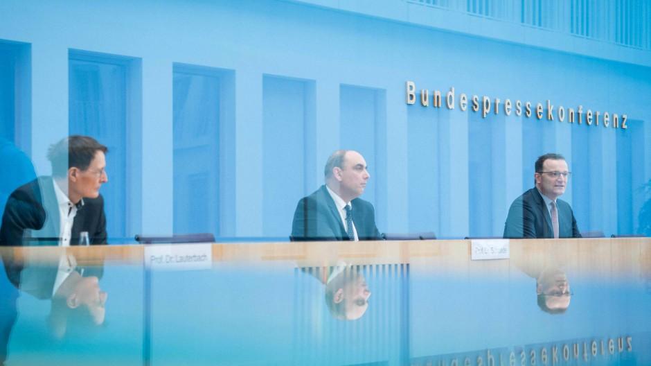 Experten und Politik an einem Tisch: Karl Lauterbach, Lars Schaade, Minister Jens Spahn.