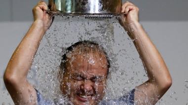 """So geht das beim """"Ice Bucket Challenge"""": Sich nass machen und neue Kandidaten herausfordern."""
