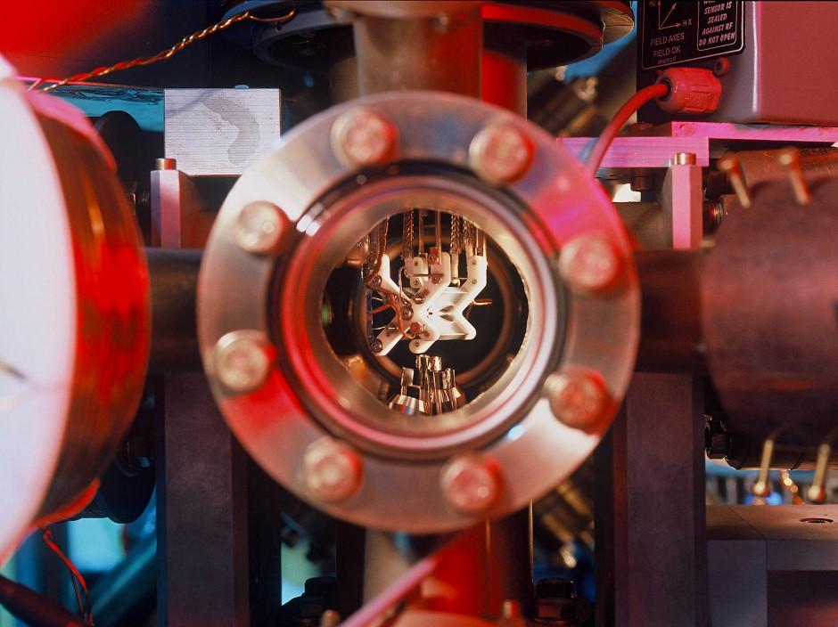 Blick in eine Vakuumapparatur: Im Inneren sitzt eine Ionenfalle, die  geladene Atome in der Schwebe halten kann. Jedes Ion repräsentiert dabei ein Qubit, das zwei Zustände gleichzeitig annehmen kann..