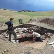 Ausgrabungen an der archäologischen Stätte Tashbulak in Usbekistan. Hier führte die alte Seidenstraße entlang.