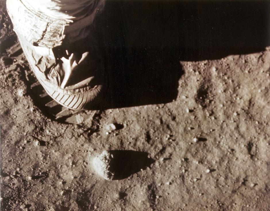 Neil Armstrongs rechter Schuh im Mondsand. Über die genaue Beschaffenheit des Monduntergrunds war bis dahin kaum etwas Genaues  bekannt.
