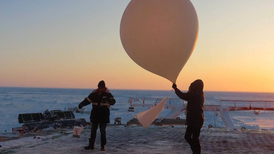 Start einer Ozonsonde während der MOSAiC-Expedition.