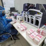 Szene in einer chinesischen Bank, in der Banknoten gezählt werden.