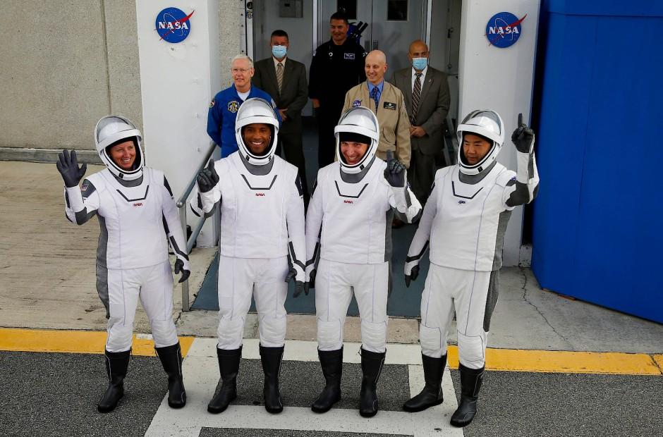 Die Crew der Falcon-9:  (von links) Shannon Walker, Victor Glover, Michael Hopkins und der Japaner  Soichi Noguchi