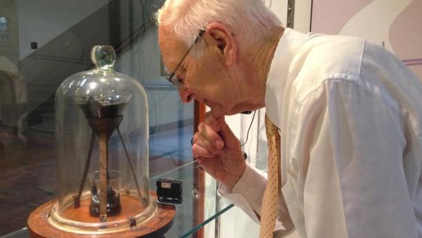Pechtropfen-Experiment, University of Queensland, John Mainstone