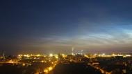 Leuchtende Nachwolken der Mesopause über Wismar. Blick auf  die Altstadt, Hafen und Wismarer Bucht.