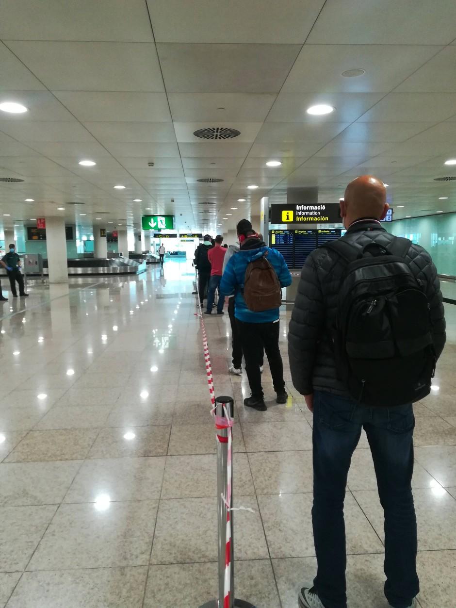 Einreisende vor der Gesundheitskontrolle an Barcelona.