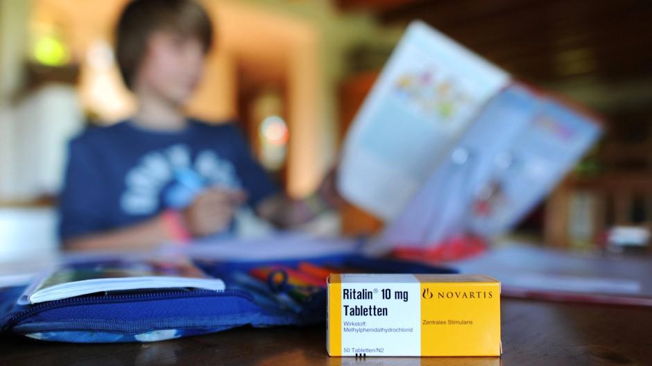 Das bekannteste ADHS-Medikament ist Methylphenidat, das häufig mit dem Handelsnamen Ritalin in Verbindung gebracht wird