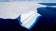 Ein Eisberg treibt in der McMurdo-Bucht, aufgenommen beim Überflug der  amerikanischen Nasa-Mission Operation IceBridge.