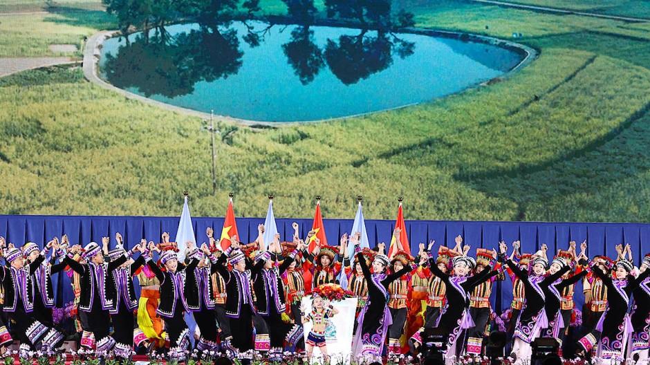 Volkskünstler während der Eröffnungszeremonie der UN-Weltnaturschutzkonferenz (COP 15) in der südwestchinesischen Provinz Yunnan auf.