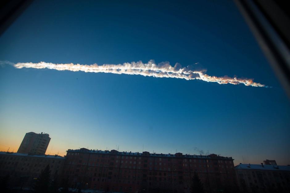 Ein Asteroid explodiert plötzlich über der  russischen Stadt Tscheljabinsk am Freitagmorgen, den  15. Februar 2013.