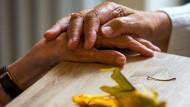 Ist Alzheimer-Demenz- hier zwei Bewohnerinnen in einer Wohngemeinschaft für Demenzkranke - eine Infektionskrankheit? Das letzte Wort ist wohl noch nicht gesprochen.