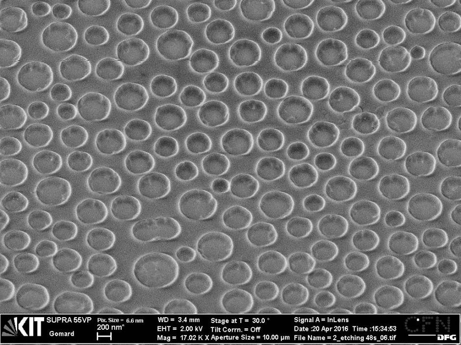 Nanometergroße Löcher in einer 0,13 Mikrometer dicken Siliziumschicht (rasterelektronenmikroskopische Aufnahme)