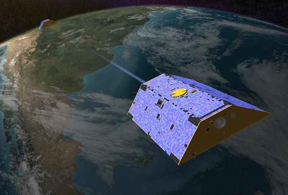 """Die Zwillingssatelliten GRACE-1 (genannt """"Tom"""") und GRACE-2 (genannt """"Jerry"""") auf ihrer Verfolgungs-Jagd im All."""