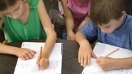 Linkshänder müssen sich beim Schreiben besonders viel Mühe geben. Die richtige Stifthaltung wird am besten schon im Vorschulalter trainiert.