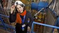 Fabiola Gianotti am Cern vor dem Riesendetektor Atlas