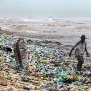 Der vermüllte Korle-Gono-Strand vor der Küste Ghanas, an dem ein Mann nach verwertbarem Material sucht.