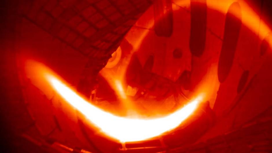 Das erste Wasserstoff-Plasma in Wendelstein 7-X. Es hat eine Temperatur von rund 80 Millionen Grad. (Eingefärbtes Schwarz-Weiß-Foto)