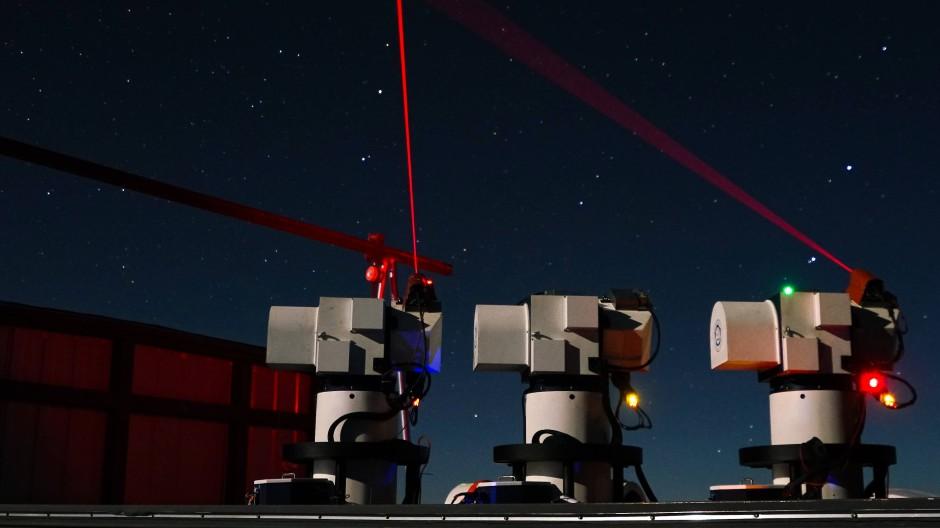 """Eine chinesische Bodenstation nimmt Kontakt zum Quantensatelliten """"Micius"""" auf."""