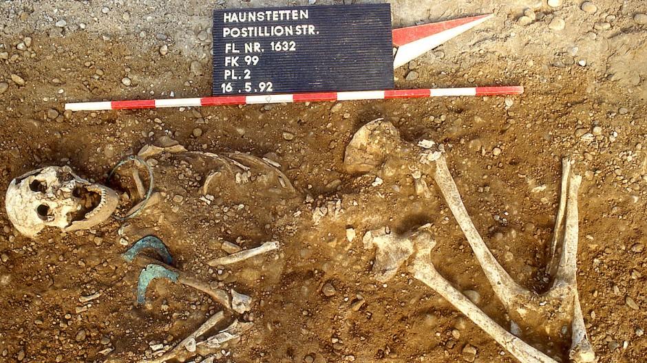 Grab mit den Überresten einer Frau im Lechtal, südlich von Augsburg