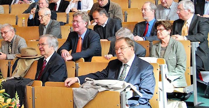 """Der Hörsaal ist für zu Putlitz (erste Reihe rechts) noch immer ein vertrauter Ort:  """"In Pursuit of the Single Cold Atom"""" –  Symposium in  Hamburg am 24. Mai 2013."""